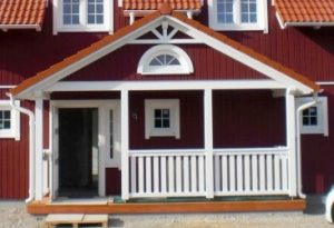 Veranda 5 breit Schalbrettern alsDachjnterschlag und Halbrundfenster